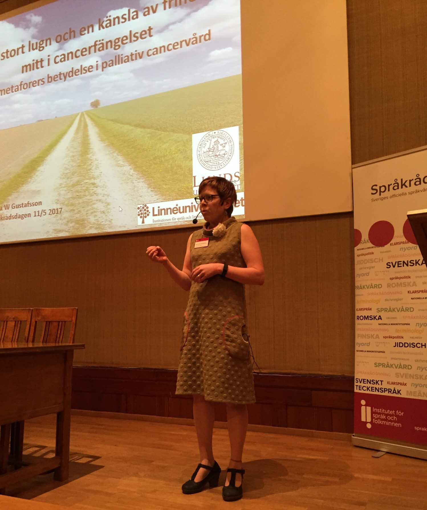 Anna W Gustafsson håller föreläsning