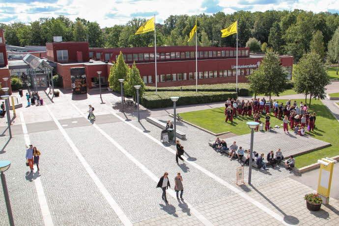 Vy över Universitetsplatsen och huvudbyggnaden på campus i Växjö