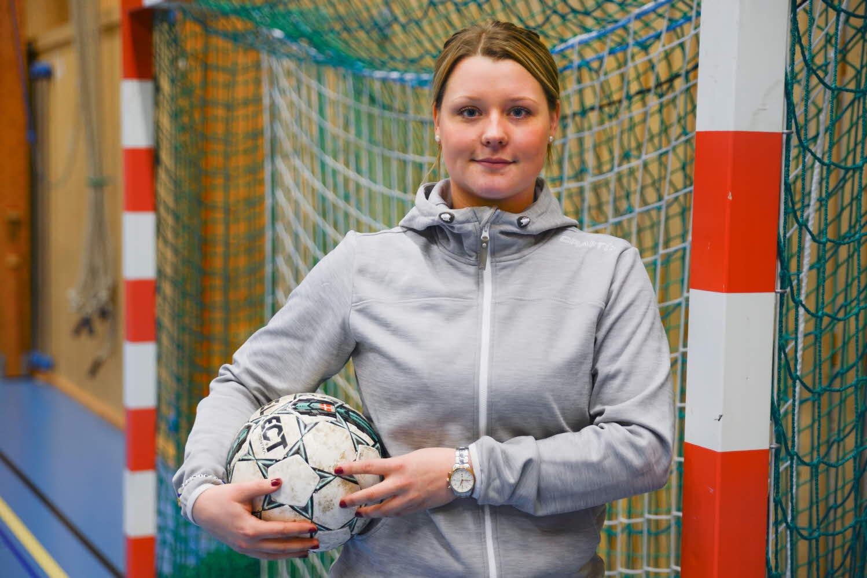 Matilda Petersson vid fotbollsmål.