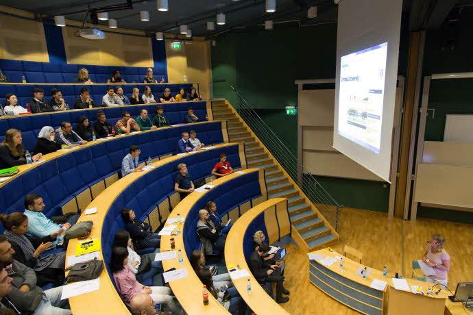 Föreläsning i sal Leonardo i hus F på campus i Växjö