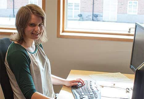 Elin jobbar vid en dator