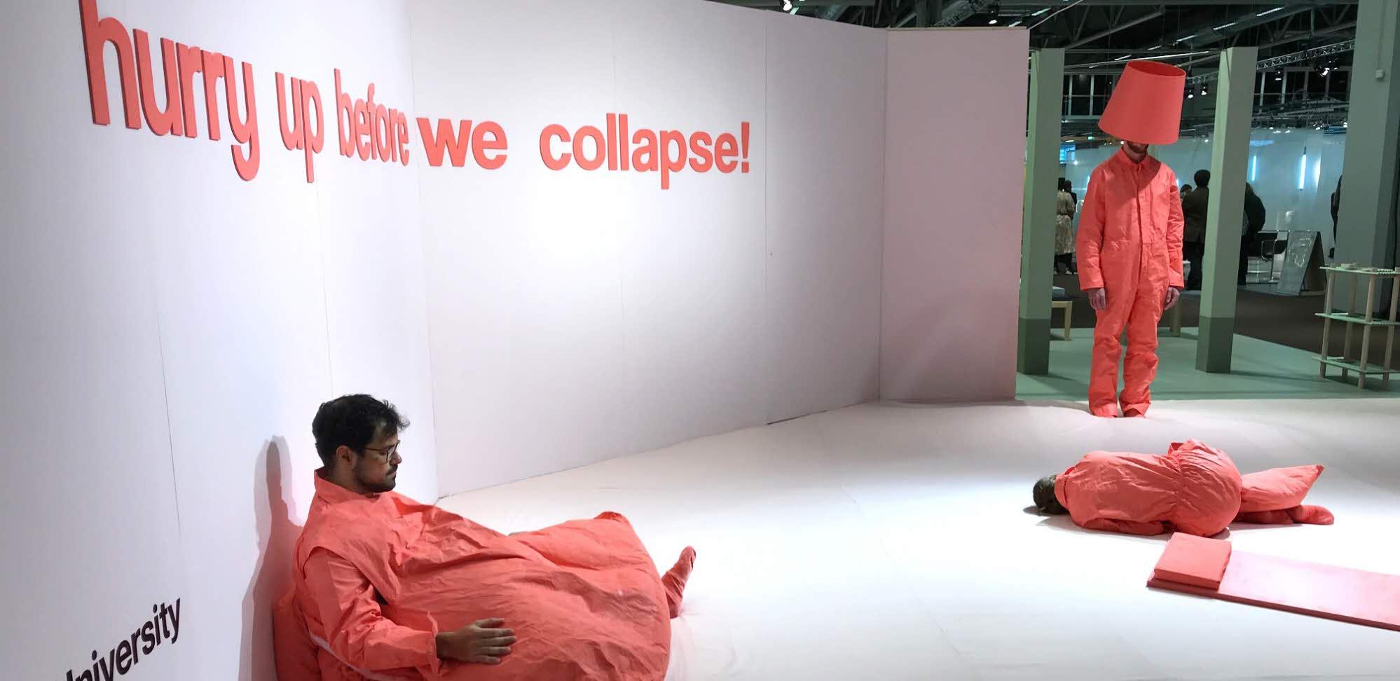 """Designutställningen """"Hurry up before we collapse"""" med mänskliga möbler"""