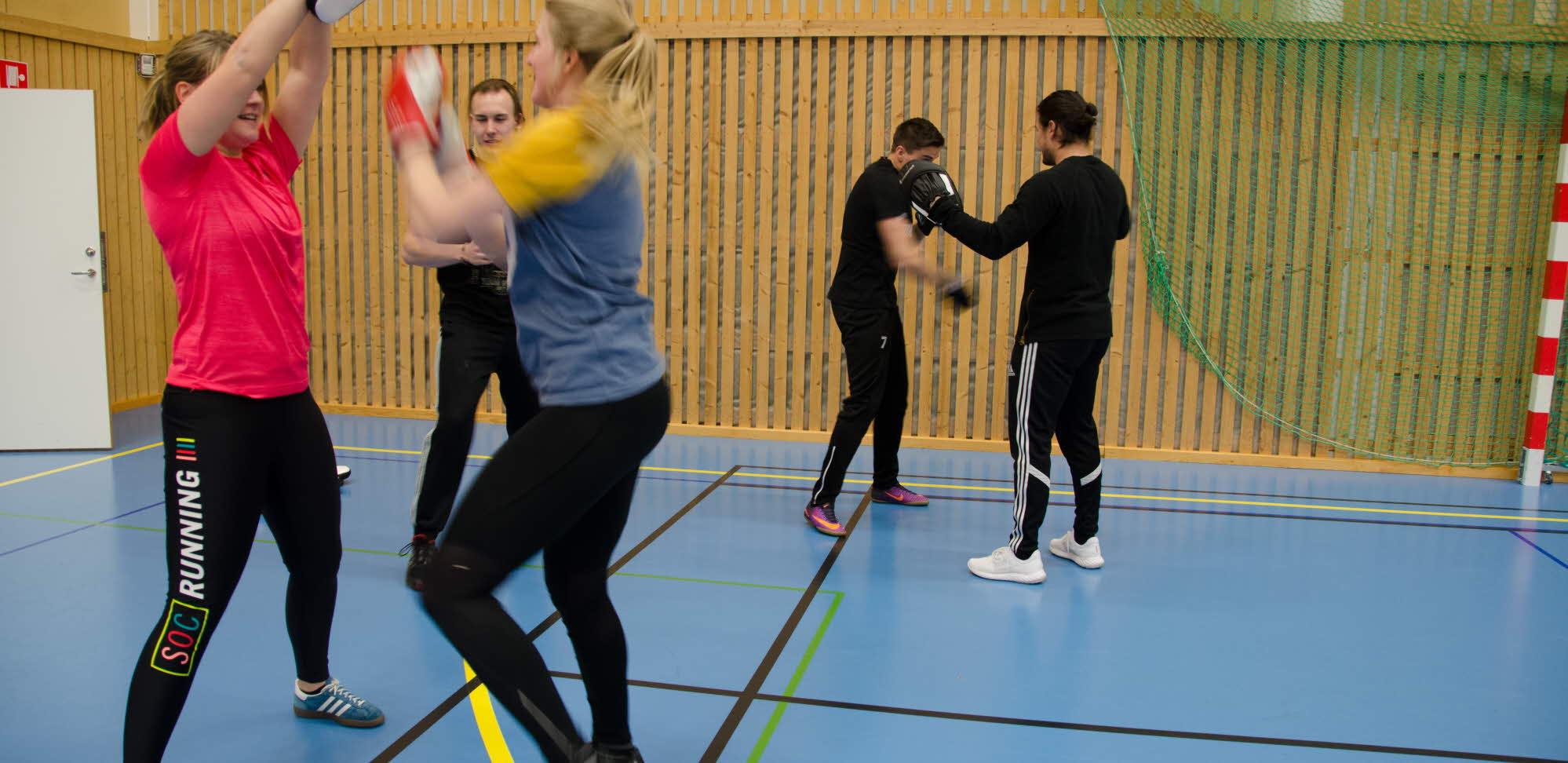 Studenter boxas