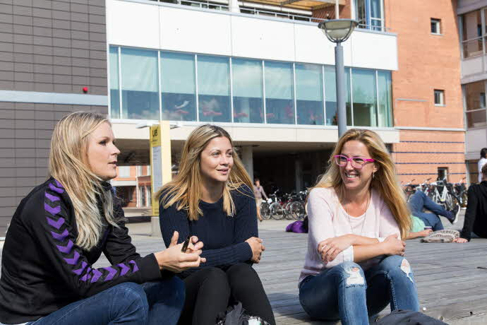Studenter i samtal utanfrö Universitetsbiblioteket i Växjö