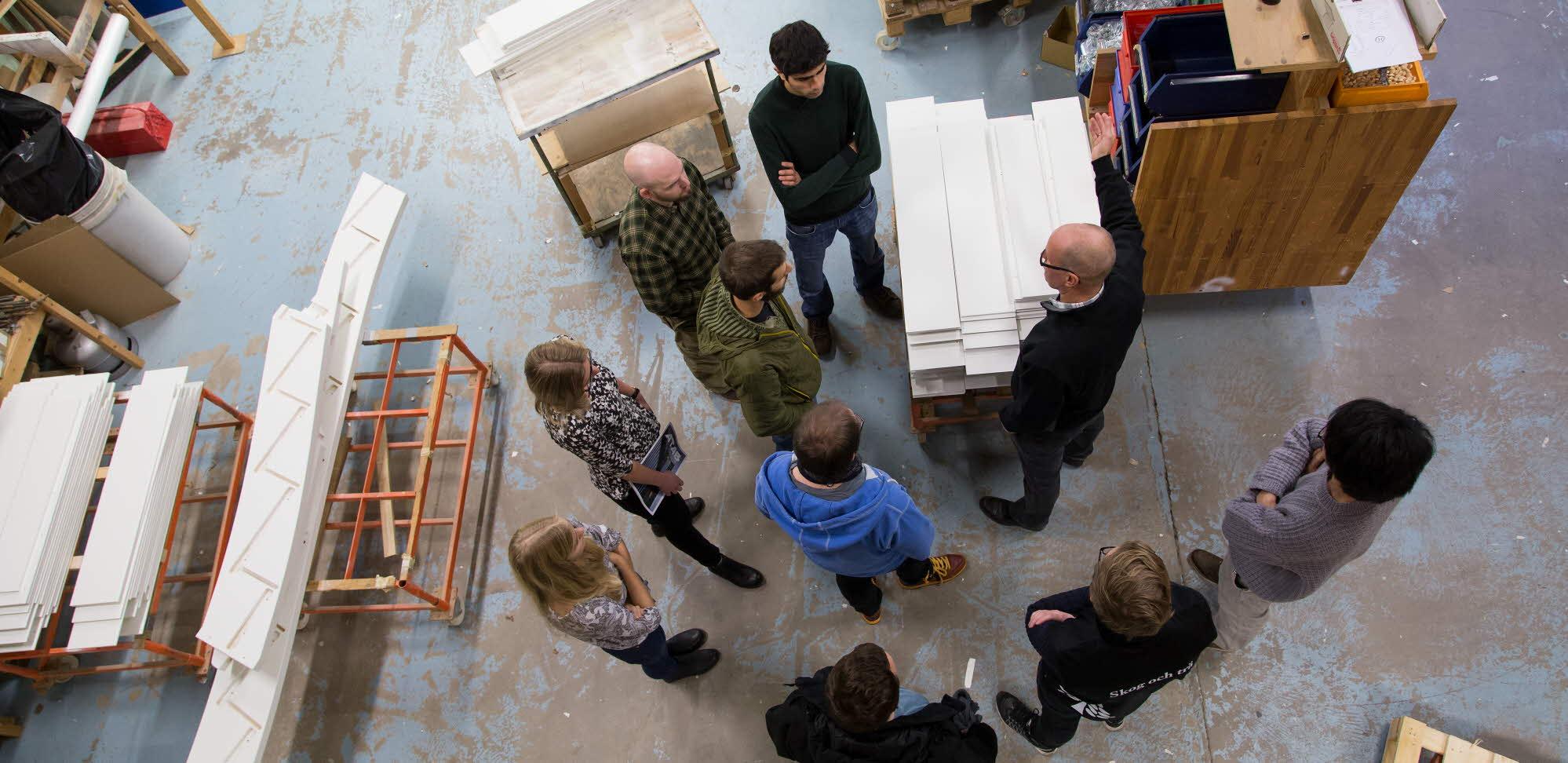 Studenter på besök i fabrik