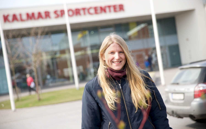 Ellen Elvung framför Kalmar Sportcenter.