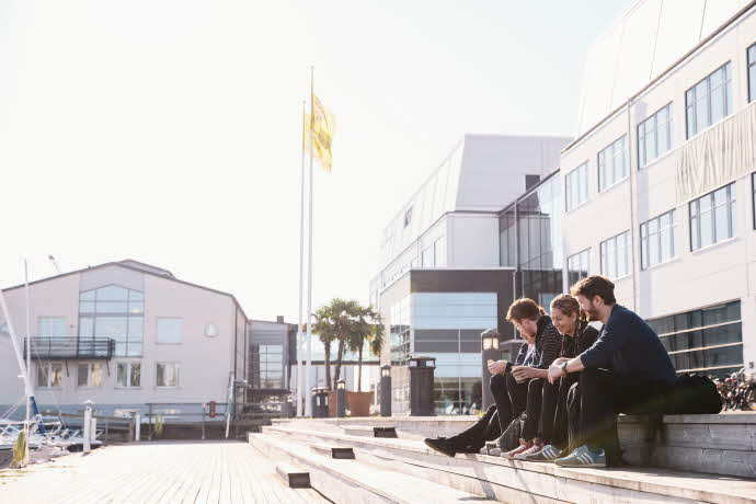 Studenter utanför Sjöfartshögskolan i Kalmar