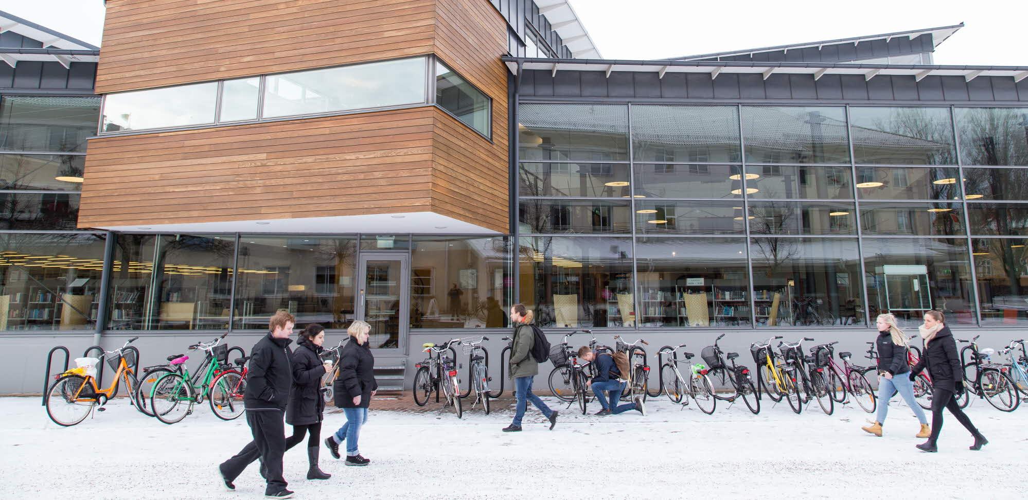 Studenter framför UB Kalmar