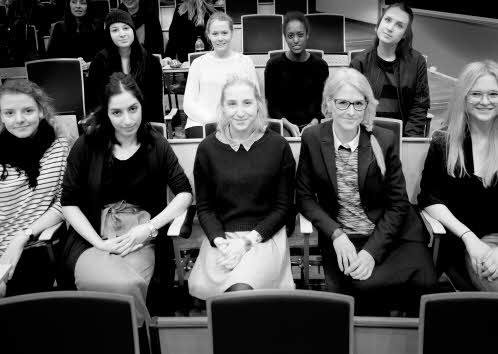 Karin af Klintberg och studenter