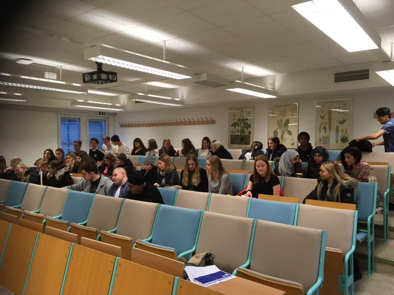 Gymnasieelever på gymnasiedagen i spanska