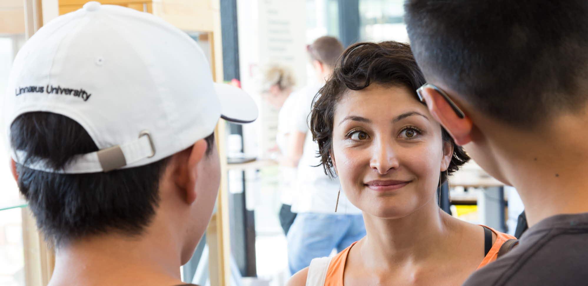 Närbild på studenter som pratar med varandra.