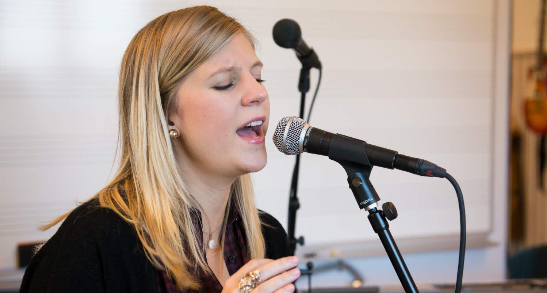 Musikstudent sjunger